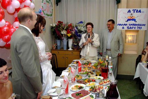 как шуточно познакомить гостей за столом на свадьбе